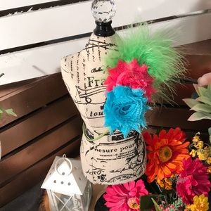Other - 🆕 Boutique headband w/ Fabric Flowers & Feather